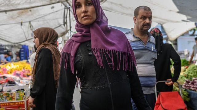Pazarda alışveriş yapan bir Suriyeli kadın