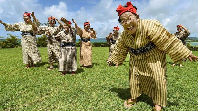 Okinawa Adası'ndaki KBG84 dans grubundaki yaşlılar