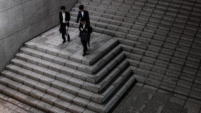 Tokyo'da işten çıkan genç adamlar