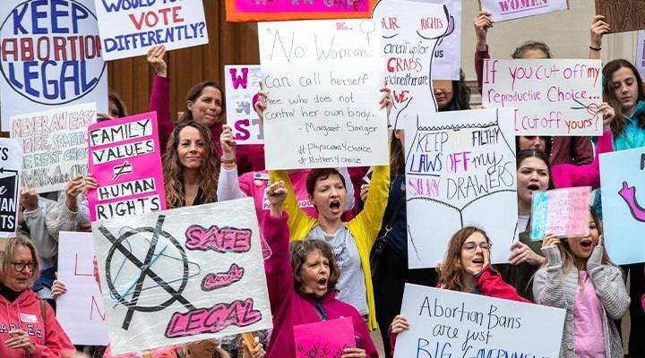 Teksas'ta kadınların kürtaj hakkını yasaklayan yasa askıya alındı